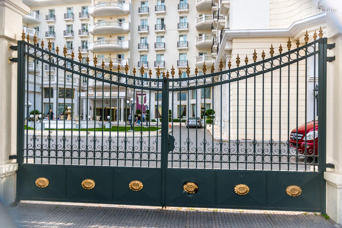 beyond the gate in Thessaloniki by Rikitza