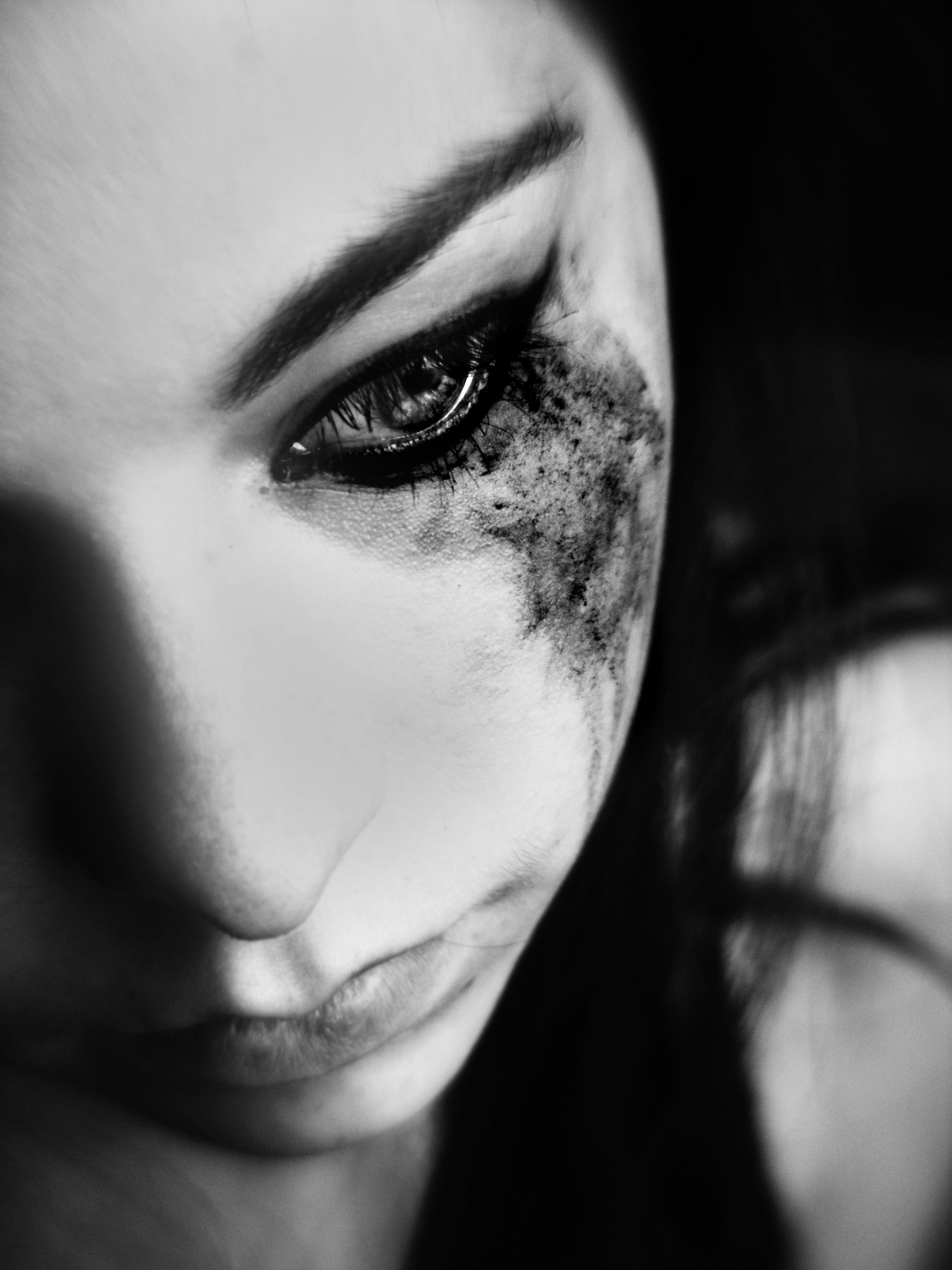 Печальные фото девушек со слезами