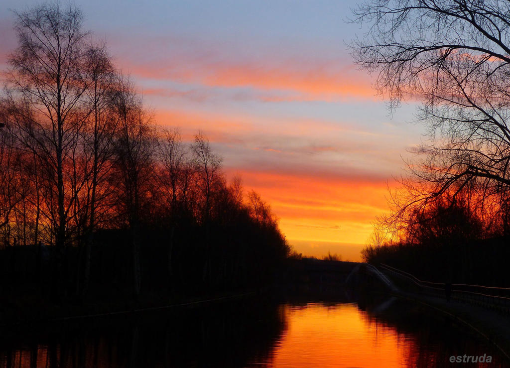 Sunrise over The Canal. by Estruda