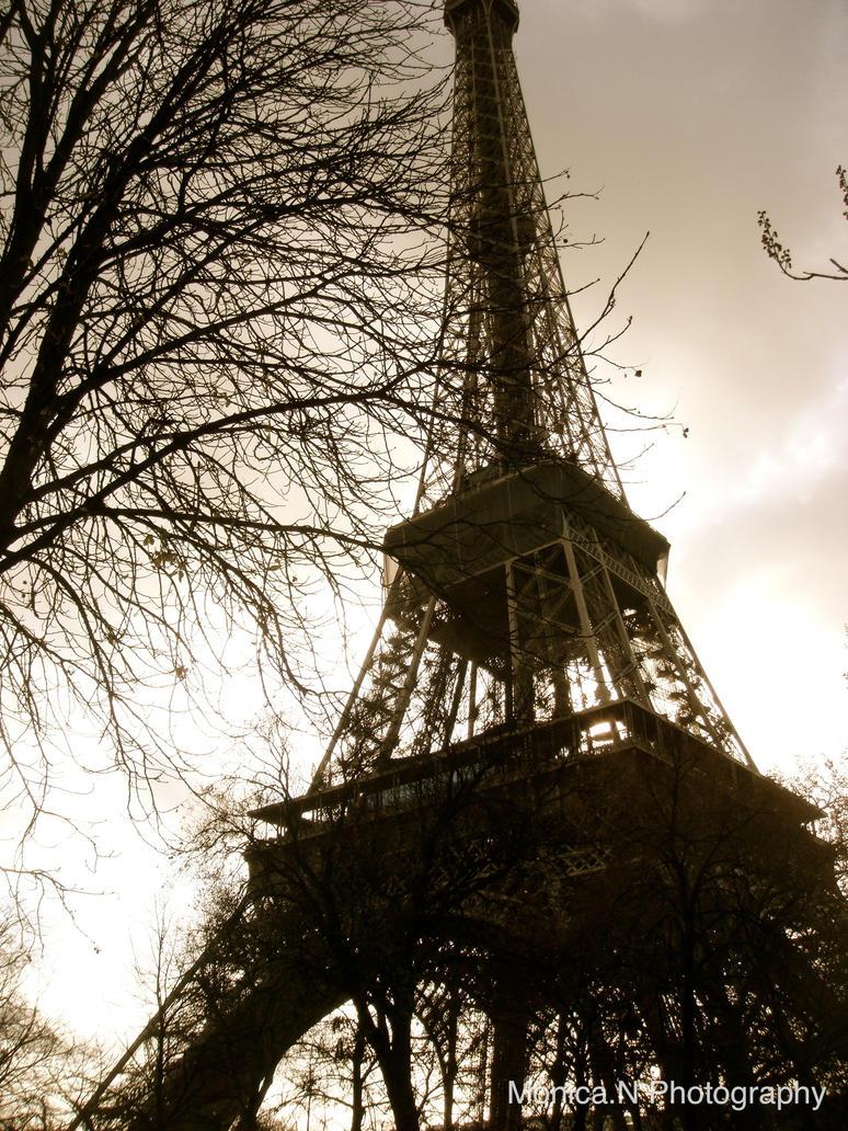 Eiffel Tower Love by asphyxiat3d