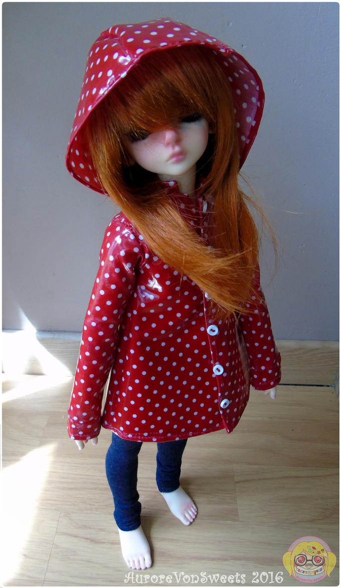 ♥ L'atelier d'Aurore Von Sweets ♥ La galerie couture Doll_raincoat__1_red_with_white_dots_by_aurorevonsweets-dakoo37