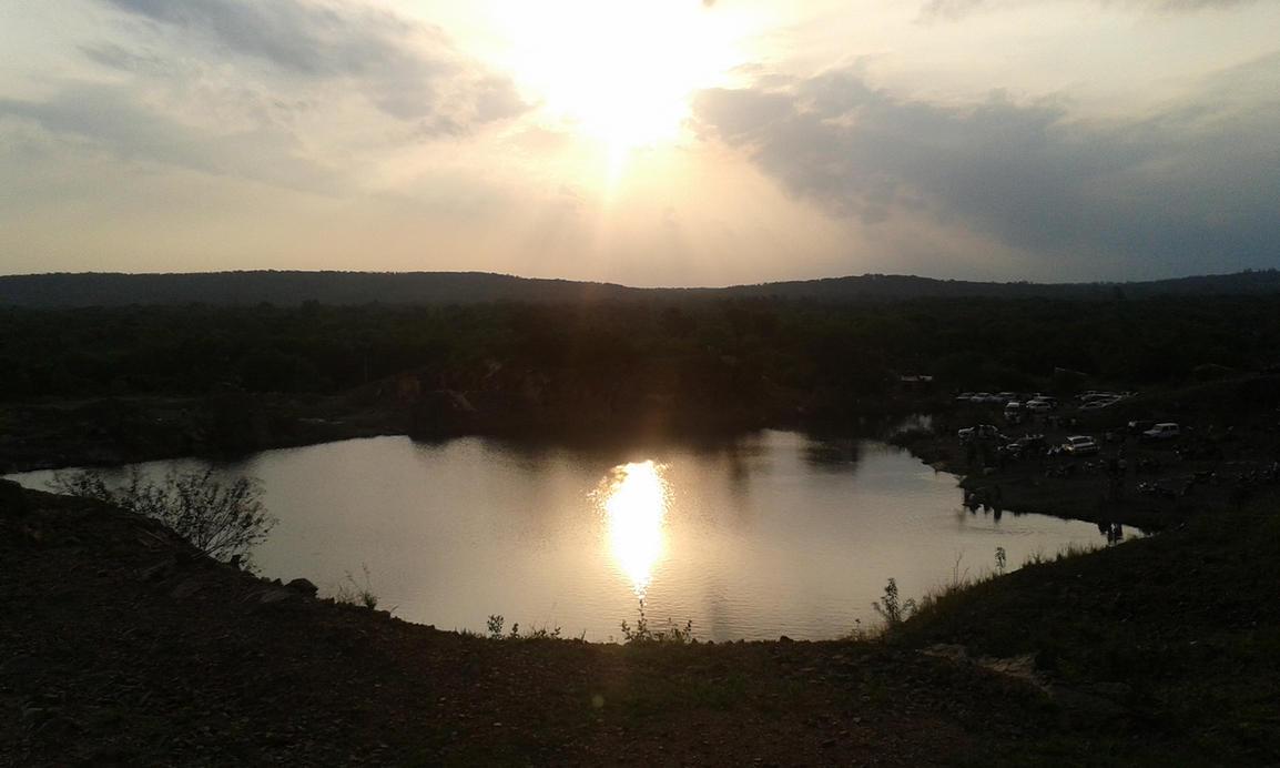 Puesta de sol en la cantera de Ypacarai by Hitaro245