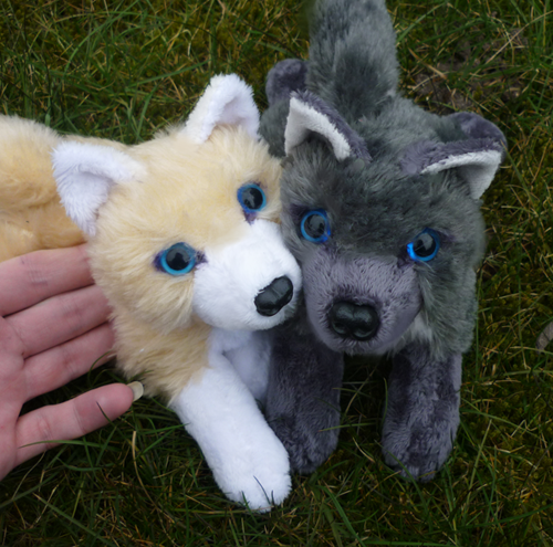 Blonde and antracite wolf pair - small floppies by goiku