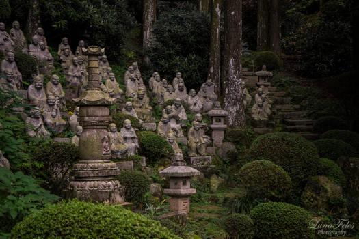 Statues in Sennyo-ji
