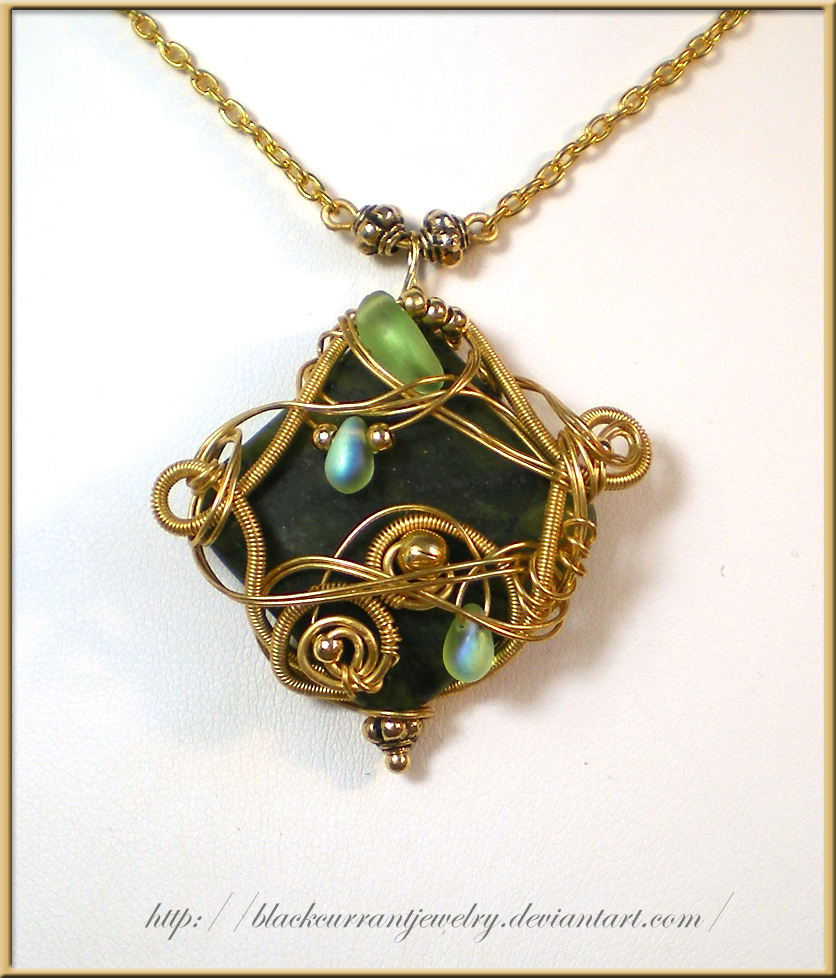 nakit -ukras ili umetnost Green_and_Gold_Pendant_by_blackcurrantjewelry