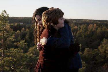 Thorin and Bilbo hug scene