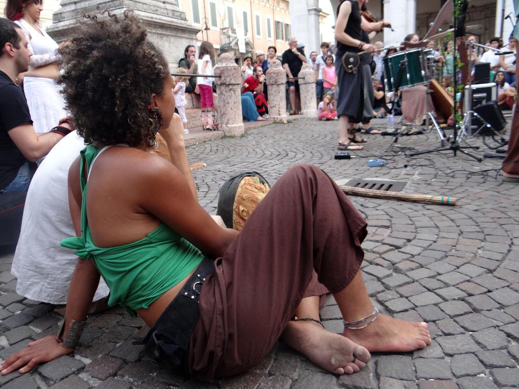 http://img04.deviantart.net/33b7/i/2014/266/2/e/barefoot_busker_girl_by_groucho91-d808kuq.jpg