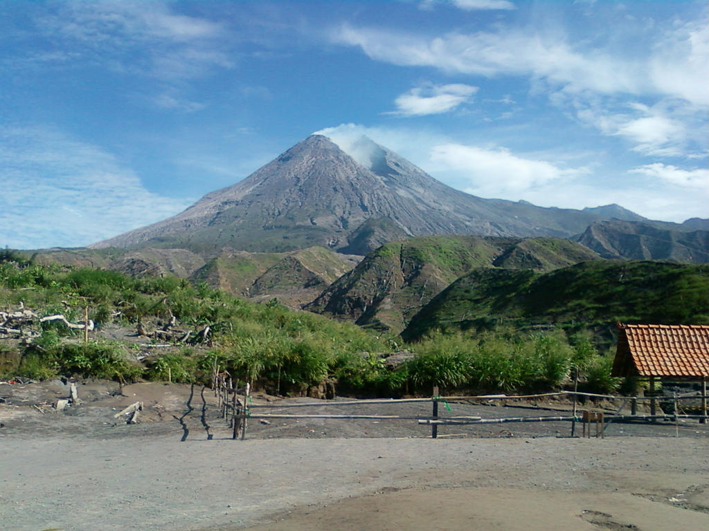 Mount Merapi by Mikazuki02 on DeviantArt