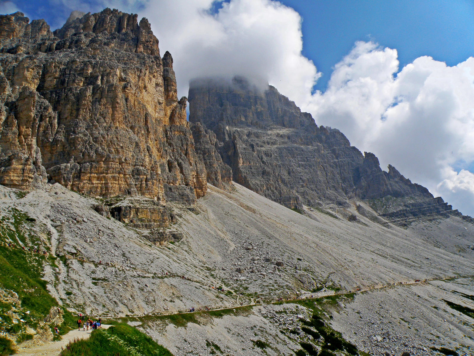 Walking under the peaks by Sergiba