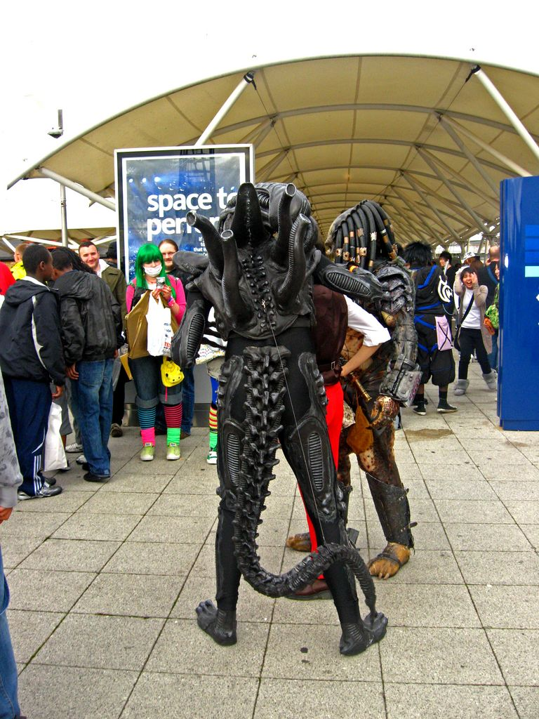 Alien stalking people by Lozeng3r on DeviantArt