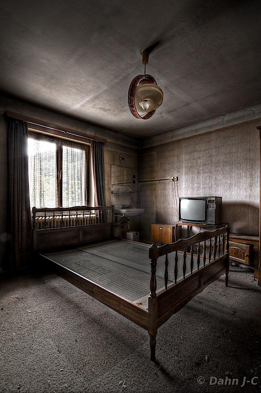 Hotel Room by ZerberuZ