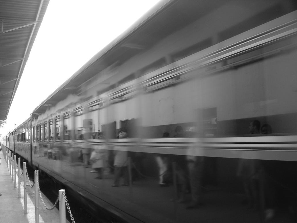 image Gostosa esperando o trem estacao da luz