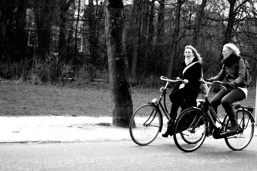 Two girls, two bikes by fGimbra