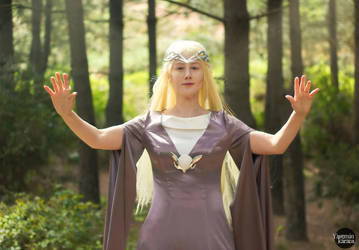 Queen Galadriel by grinningsun