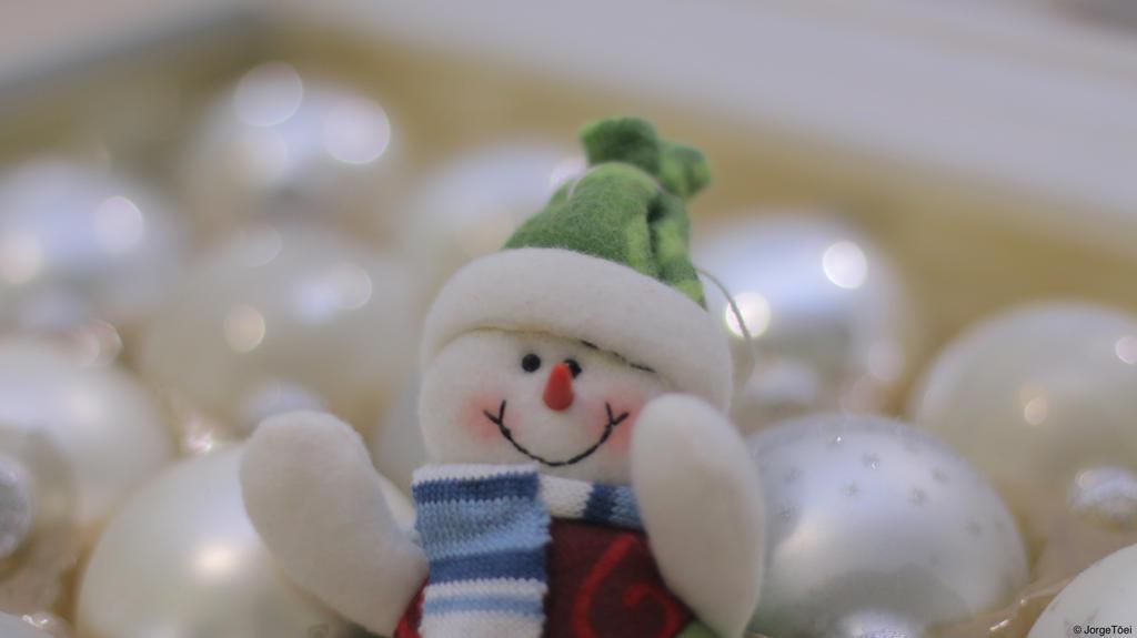 Tiny Snowman by JorgeToei