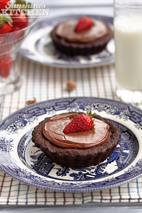 Brownies tartelettes with Nutella and strawberry by kupenska
