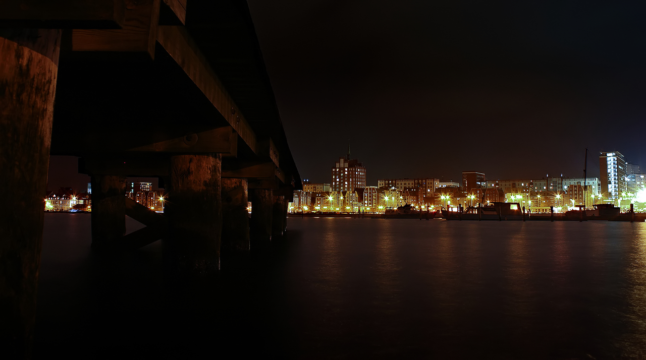 Rostock at night, pier by Gehoersturz