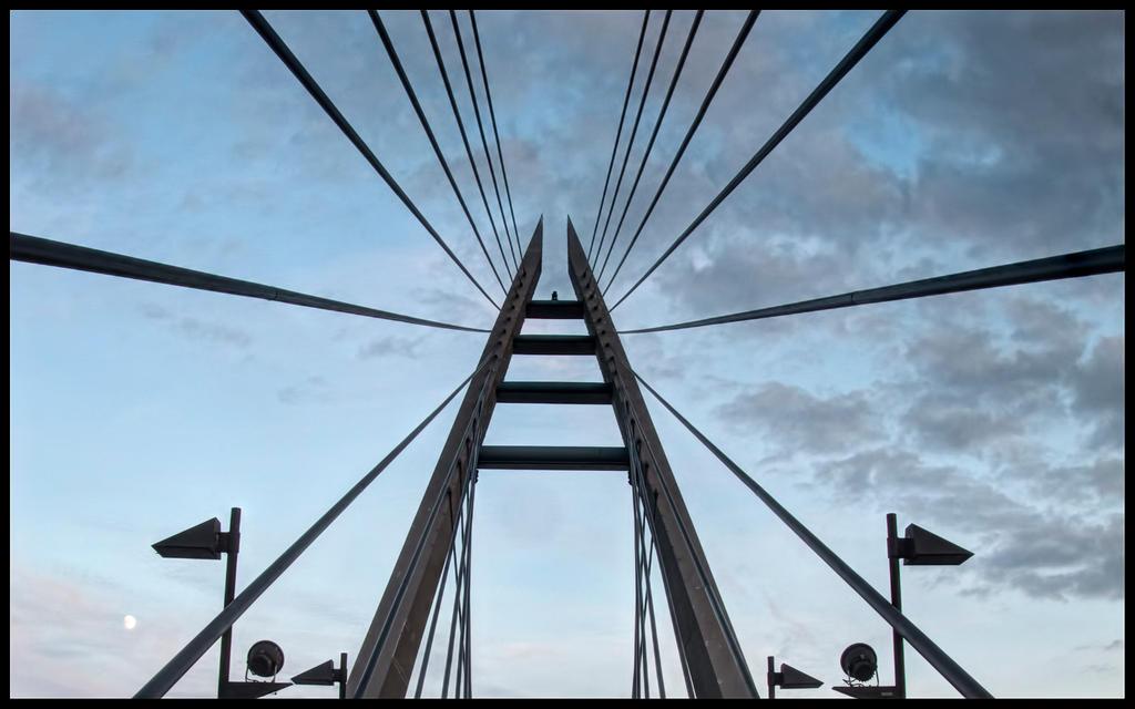 Top of Marian Bridge by Pildik