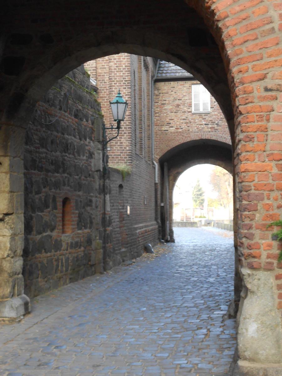 Gatehouse Dormagen-Zons by Blyddyn