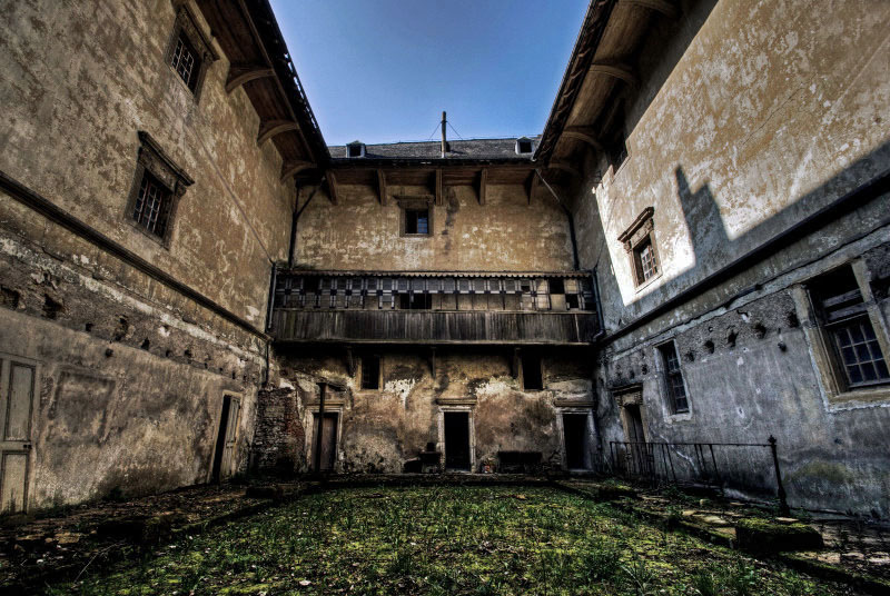 Castle Courtyard by stengchen