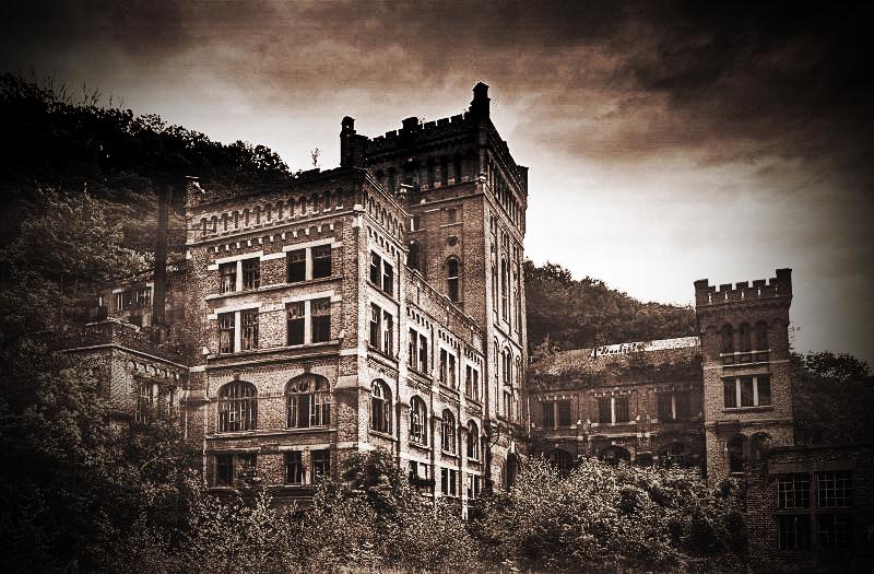 Haunted Castle by stengchen