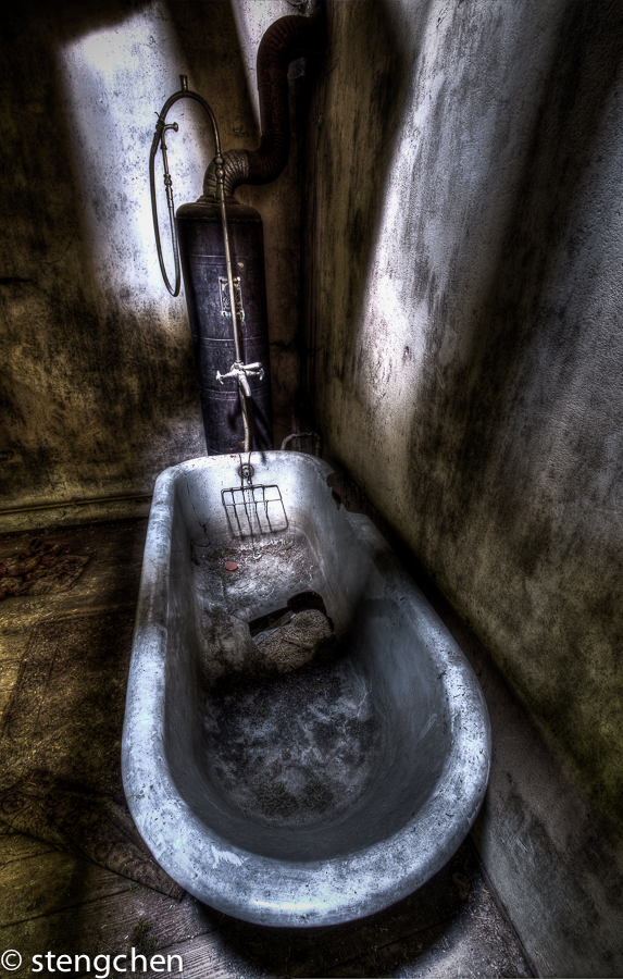 Forsaken Bathtube by stengchen
