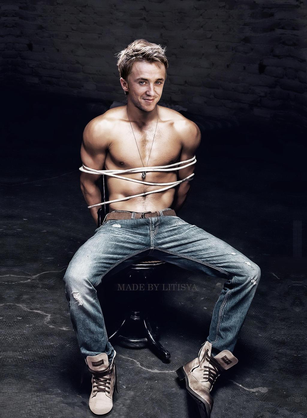 Связан веревкой мускулистый парень 8 фотография