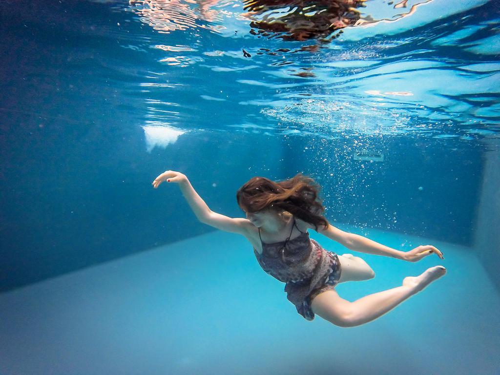 Diving Girl by artofbob