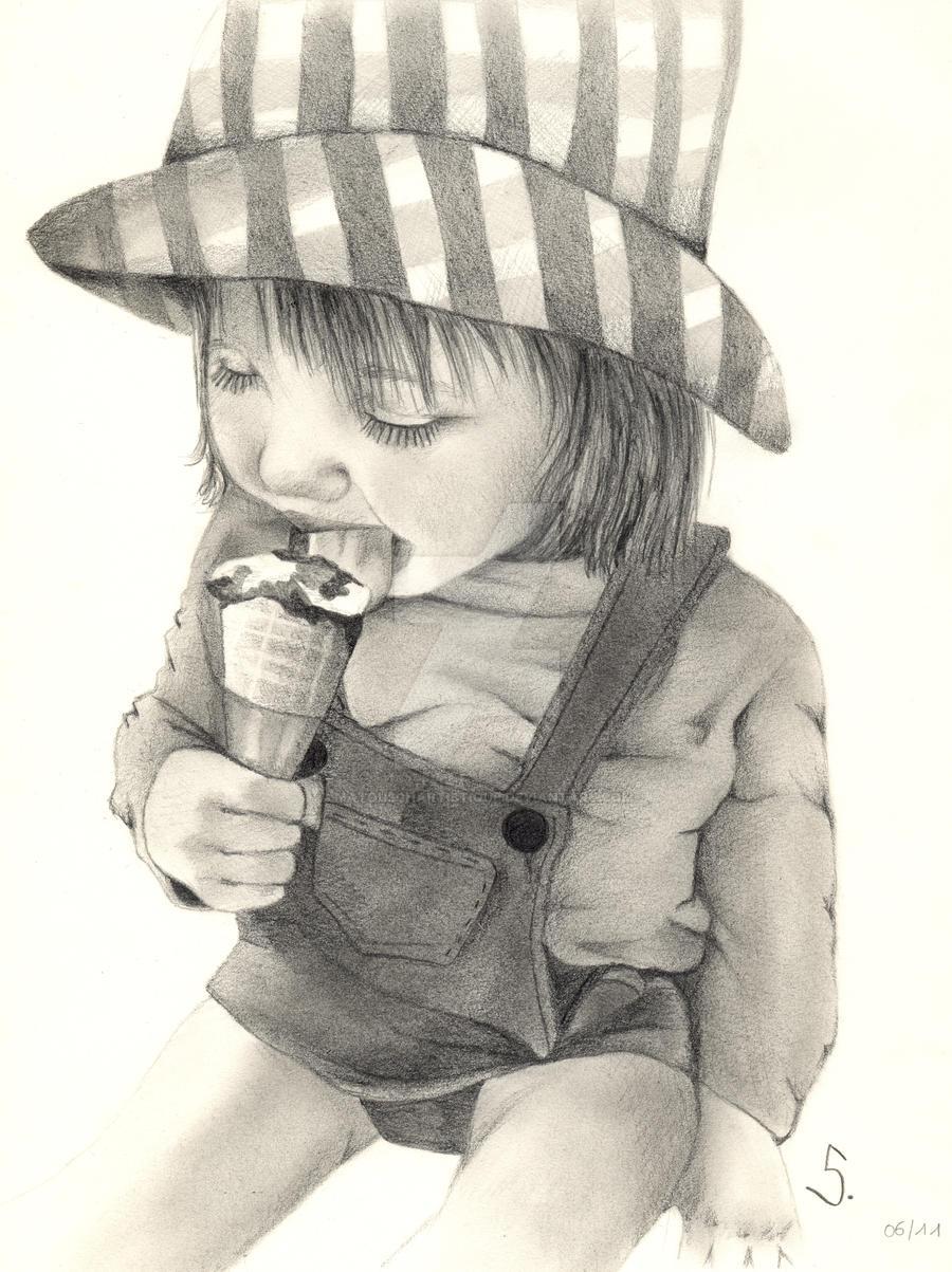 Enfant au crayon gris