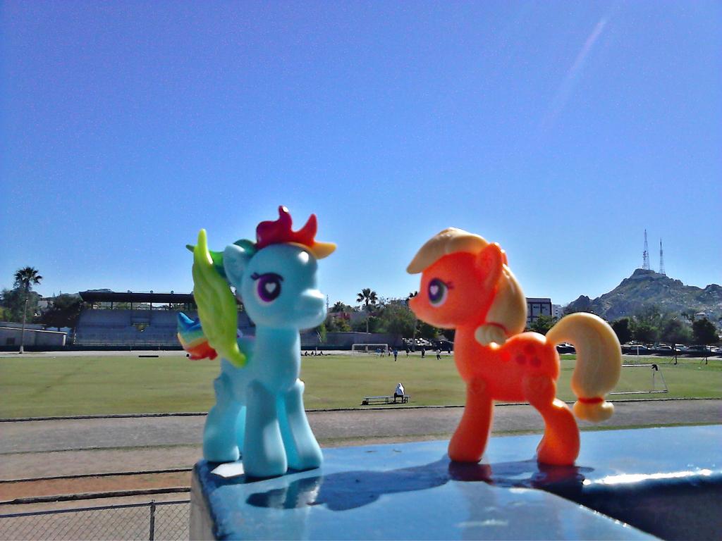 Rainbow Dash y Applejack en la UNISON by Catsofdeath