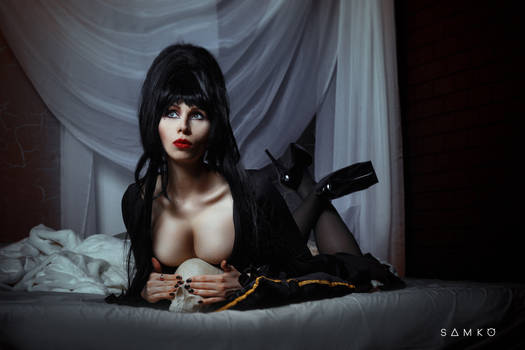 Elvira, Mistress of the Dark Cosplay