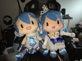 Snow Miku 2011 and 2019 by angelicoreXX