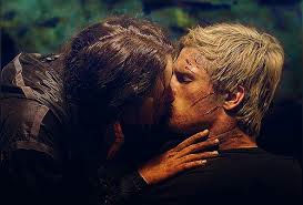 Katniss exchanges kiss with Peeta in THG!!