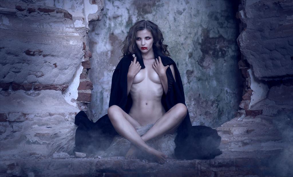 sexy-nude-vampire-women-hot-naked-chicks-having-an-orgi