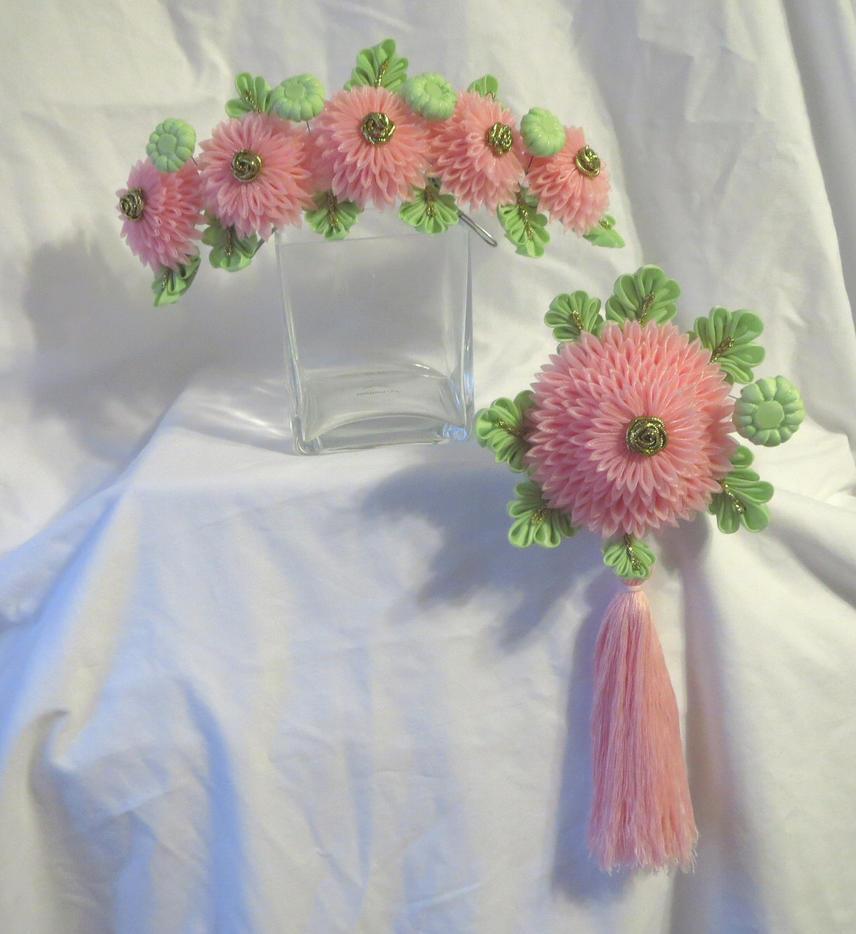 Maiko's pink chrysanthemum kanzashi set by EruwaedhielElleth