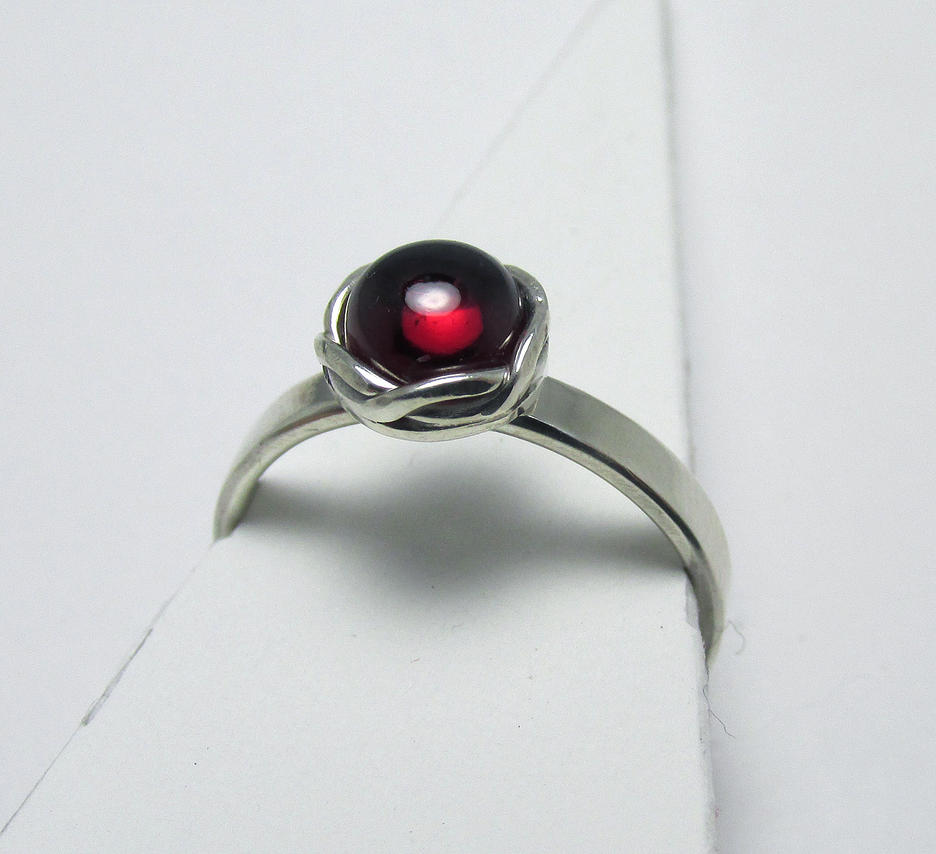 Garnet cab woven bezel ring by Utinni