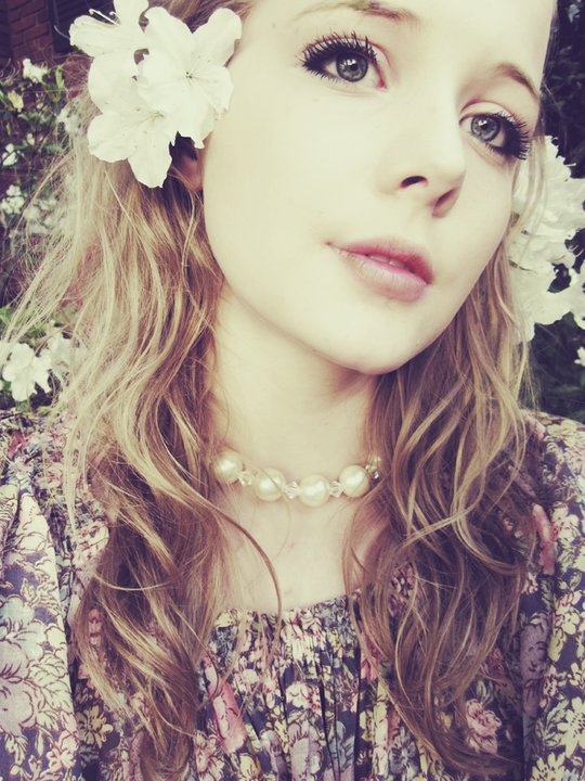 flower in her hair - photo #39