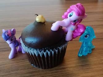 More Ponies and Food by PonitaCupcake