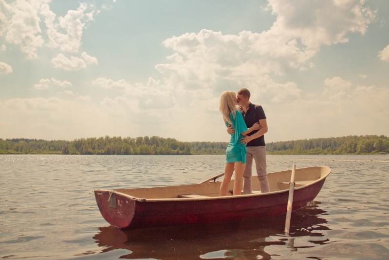 клип с парнем в лодке