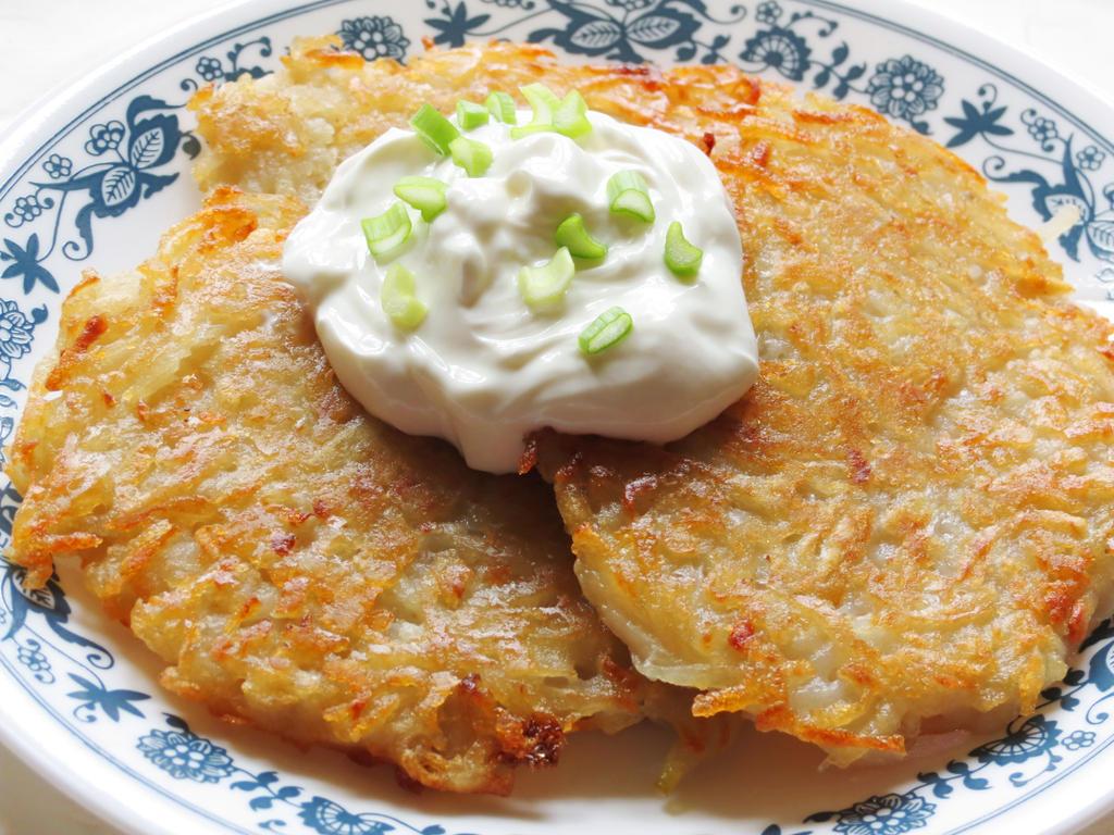 Potato Pancakes with Sour Cream by Kitteh-Pawz