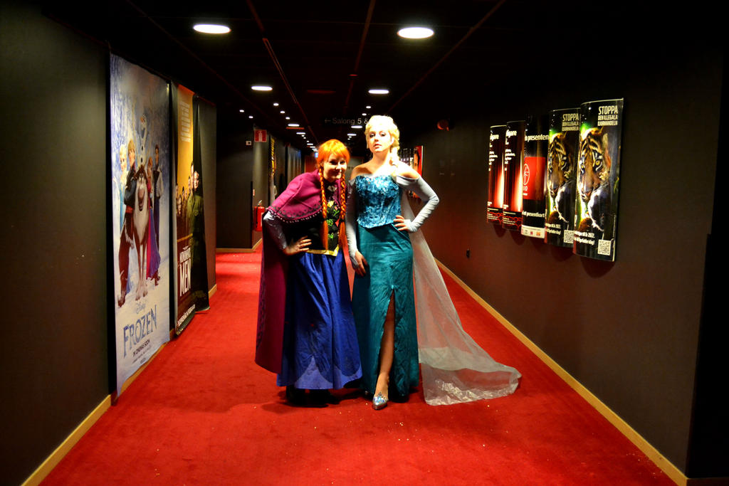 Elsa and Anna on the Frozen premiere - Cosplay by Mitternachto