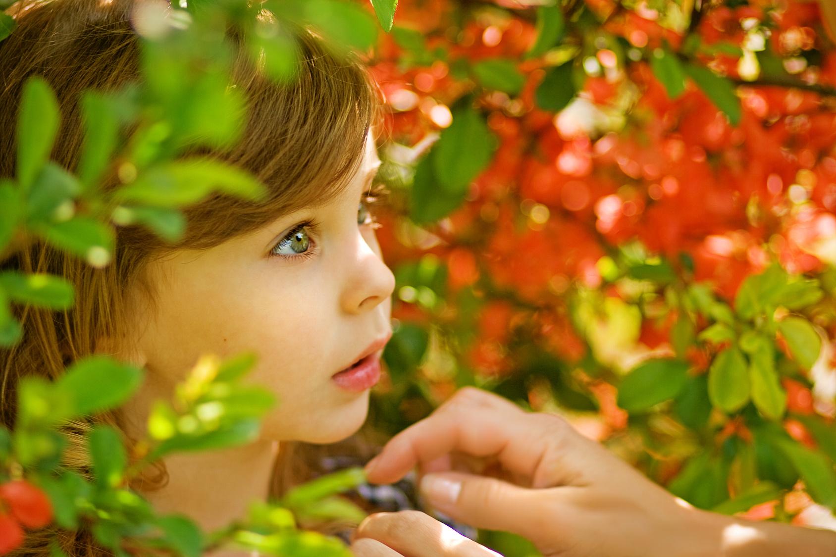 Wide-eyed Girl 13965357