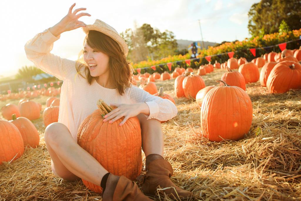 pumpkin picking girl by BunnyTuan