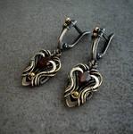 Silver earr with garnet
