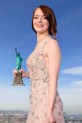 Giantess Emma Stone wins the Oscar by Alberto62
