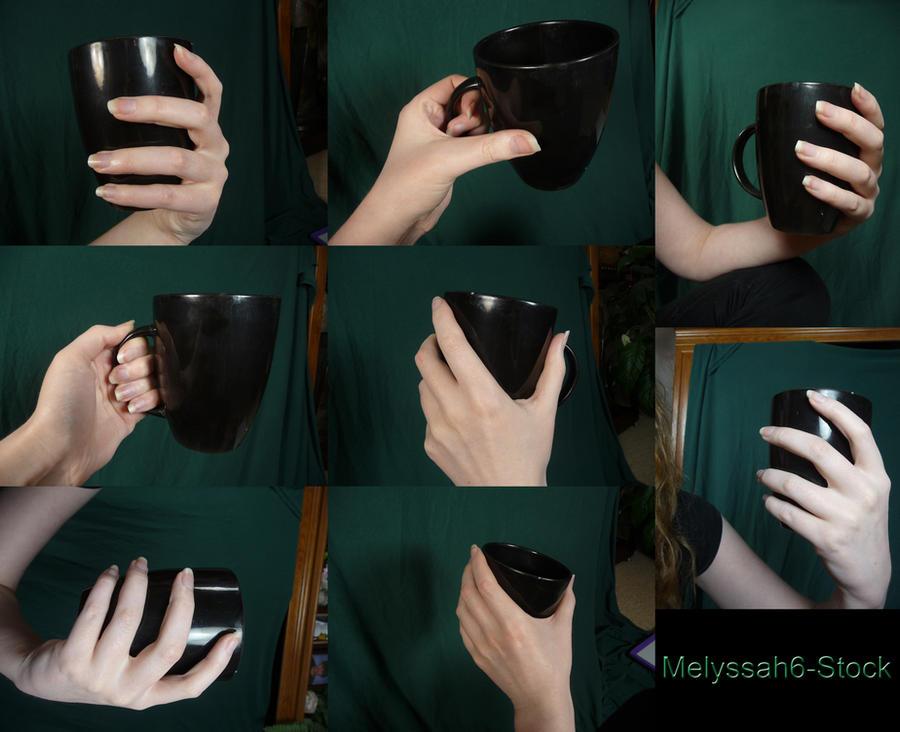 poses manos agarrando una taza