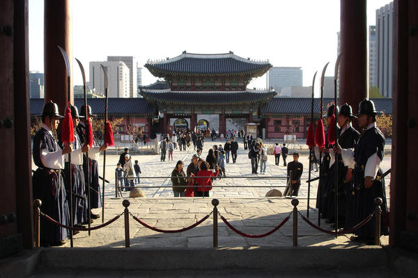 South Korea (Seul) Guards_within_Gyeongbokgung_by_forpauly