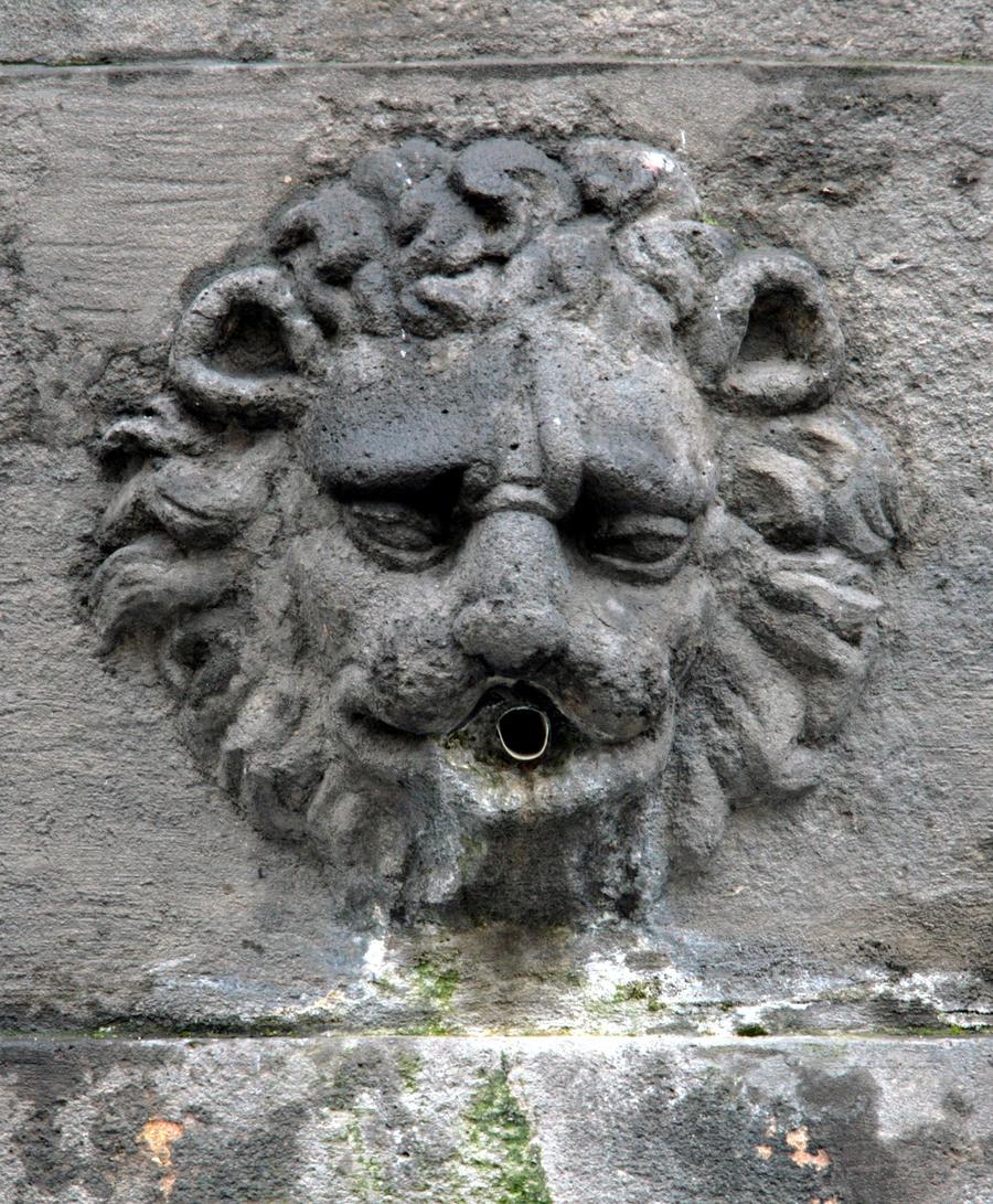 Stone fountain lion head 1