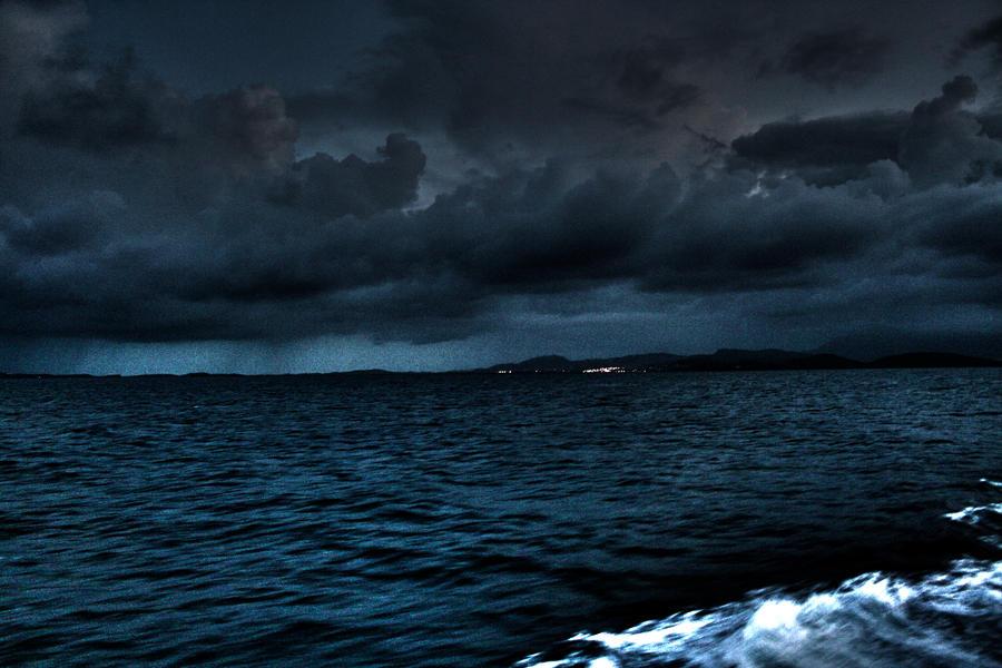 Sea at night by Dakkita on DeviantArt Longexposure