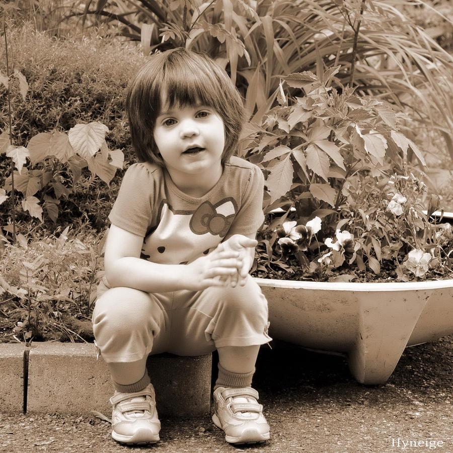 Portrait au Jardin by hyneige